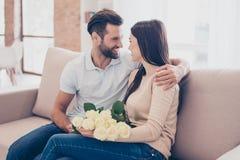 szczęśliwi razem Mężczyzna obejmuje jego dziewczyny z różami w brzęczeniach obrazy stock