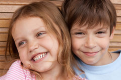 szczęśliwi rodzeństwa Zdjęcie Royalty Free