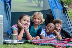 Szczęśliwi rodzeństwa na campingowej wycieczce zdjęcia royalty free