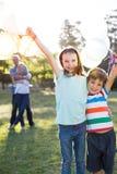 Szczęśliwi rodzeństwa trzyma balony przy parkiem obraz royalty free