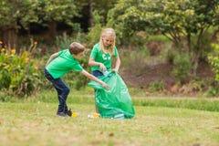 Szczęśliwi rodzeństwa zbiera banialuki zdjęcia royalty free