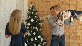 Szczęśliwi rodzice bawić się z ich dziećmi zbiory