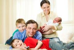 Szczęśliwi rodzice i dzieci zdjęcia royalty free
