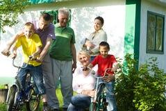 Szczęśliwi rodzice i dzieci fotografia stock