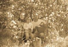 Szczęśliwi rodzice i dziecko w ogródzie Obraz Royalty Free