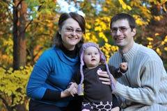 Szczęśliwi rodzice i mała dziewczynka obraz stock