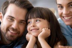 Szczęśliwi rodzice pozuje dla rodzinnego obrazka z córką fotografia stock