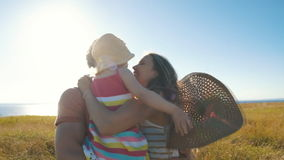 Szczęśliwi rodzice trzyma jej córki w ona ręki i buziak zbiory