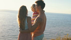 Szczęśliwi rodzice trzyma jej córki w ona ręki i buziak zbiory wideo