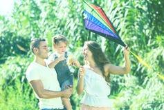 Szczęśliwi rodzice z córką i kolorową kanią zdjęcia stock