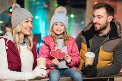 szczęśliwi rodzice z kawą iść patrzeć ślicznego małego córki mienia serc symbol ilustracja wektor