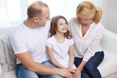Szczęśliwi rodzice z małą córką w domu zdjęcia royalty free