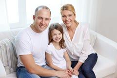 Szczęśliwi rodzice z małą córką w domu zdjęcia stock