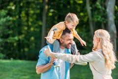 szczęśliwi rodzice z uroczym małym synem wydaje czas wpólnie fotografia stock