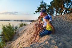 Szczęśliwi rodzin spojrzenia na mapie Przygody, podróży lub turystyki pojęcie zdjęcie royalty free
