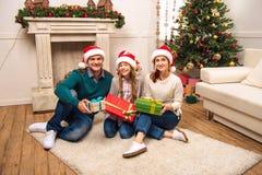szczęśliwi rodzinni Boże Narodzenie prezenty Obrazy Royalty Free