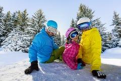Szczęśliwi rodzinni cieszy się zima wakacje obraz royalty free