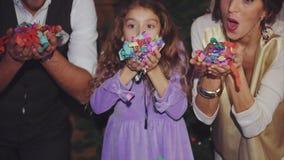 Szczęśliwi rodzinni odświętność boże narodzenia, nowy rok dmuchać kolorowych confetti i zbiory wideo