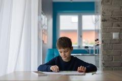 Szczęśliwi 8 rok chłopiec dziecka rysuje kartka z pozdrowieniami dla jego babci Obraz Royalty Free