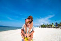 Szczęśliwi romantyczni potomstwa dobierają się na pięknej plaży z białym piaskiem Kaukaska para ma wakacje na tropikalnym zdjęcie royalty free