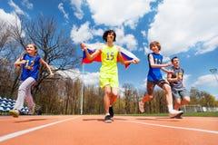Szczęśliwi Rosyjscy szybkobiegacze biega na stadium Obrazy Stock
