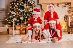 Szczęśliwi rozochoceni dzieci i rodzice świętują boże narodzenia, tata, mama, dzieciaki fotografia royalty free