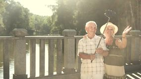 Szczęśliwi seniory bierze selfie zbiory wideo