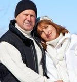Szczęśliwi seniory dobierają się w zima parku obraz stock
