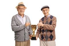 Szczęśliwi seniory trzyma złotego trofeum Obraz Royalty Free