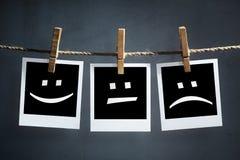 Szczęśliwi, smutni i neutralni emoticons na natychmiastowych druk fotografiach, zdjęcie stock