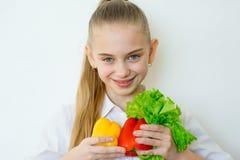 Szczęśliwi sprawności fizycznej dziewczyny mienia warzywa odizolowywający Obrazy Royalty Free