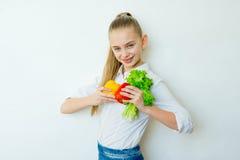 Szczęśliwi sprawności fizycznej dziewczyny mienia warzywa odizolowywający Zdjęcie Royalty Free
