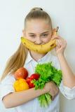 Szczęśliwi sprawności fizycznej dziewczyny mienia warzywa odizolowywający Zdjęcia Stock