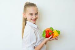 Szczęśliwi sprawności fizycznej dziewczyny mienia warzywa odizolowywający Obraz Stock