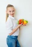 Szczęśliwi sprawności fizycznej dziewczyny mienia warzywa odizolowywający Obrazy Stock