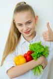 Szczęśliwi sprawności fizycznej dziewczyny mienia warzywa odizolowywający Obraz Royalty Free