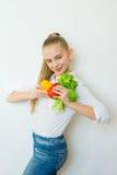 Szczęśliwi sprawności fizycznej dziewczyny mienia warzywa odizolowywający Zdjęcia Royalty Free