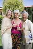 Szczęśliwi Starsi Żeńscy przyjaciele Ma szampana obraz stock