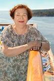 Szczęśliwi starsi kobiety stojaki przy deską statek obraz royalty free