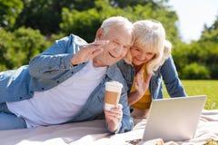Szczęśliwi starsi ludzi patrzeje ekran laptop fotografia royalty free