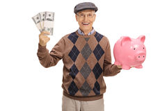 Szczęśliwi starsi mienie pliki pieniądze i piggybank Fotografia Stock