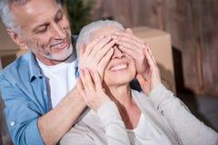 Szczęśliwi starszego mężczyzna przymknięcia oczy uśmiechnięta kobieta Obrazy Stock