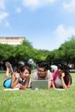 Szczęśliwi studenci collegu używa komputer Obraz Stock