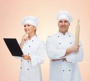 Szczęśliwi szefowie kuchni lub kucharzi dobierają się trzymać tocznej szpilki Zdjęcia Royalty Free