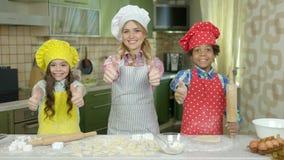 Szczęśliwi szefowie kuchni pokazuje aprobaty zdjęcie wideo