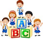 Szczęśliwi szkoła dzieciaki z abecadło blokami ilustracja wektor
