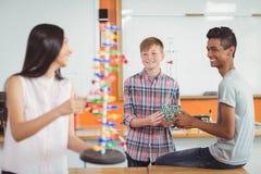 Szczęśliwi szkolni dzieciaki eksperymentuje molekułę modelują w laboratorium Obraz Stock