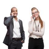 Szczęśliwi uśmiechnięci ludzie biznesu dzwoni przenośnym telefonem Obrazy Stock
