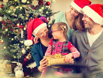 Szczęśliwi Uśmiechnięci Rodzinni odświętność boże narodzenia Fotografia Stock