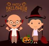 Szczęśliwi uśmiechnięci seniory w Halloweenowych kostiumach Zdjęcia Royalty Free